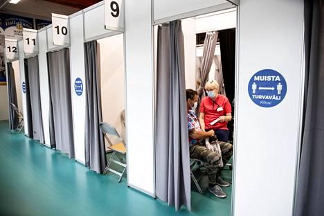 Sairaanhoitaja Eila Mäkelä antoi koronarokotteita Tampereella Ratinassa 19. toukokuuta.