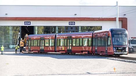 Järjestyksessään toinen raitiovaunu tuotiin Tampereen Hervannan ratikkavarikolle syyskuussa 2020.