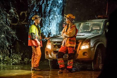 Sarja sijoittuu Ruotsiin, mutta se on kuvattu Suomessa vaativissa olosuhteissa Pyhäsalmen kaivoksella 700 metrin syvyydessä. Sarjaa tähdittävät ruotsalaisnäyttelijät Aksel Hennie ja Vera Vitali.
