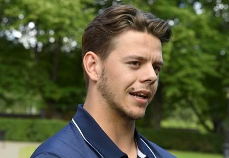 Jesperi Kotkaniemi pääsee pelaamaan ensi yönä ensimmäisen NHL:n runkosarjaottelunsa uuden seuransa Carolina Hurricanesin paidassa.