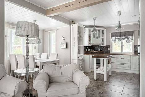 Talossa vallitsee valkoinen tyyli.