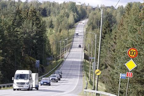 Uudet ohituskaistat rakennetaan valtatie 11:lle takana näkyvään rinteeseen Murhasaaresta Porin suuntaan.