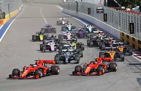 Sebastian Vettel nousi startissa kärkeen, mutta joutui myöhemmin keskeyttämään.