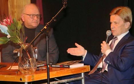Teppo Sirniö on europarlamentaarikko Mauri Pekkarisen haastateltavana teoksensa julkistamistilaisuudessa.