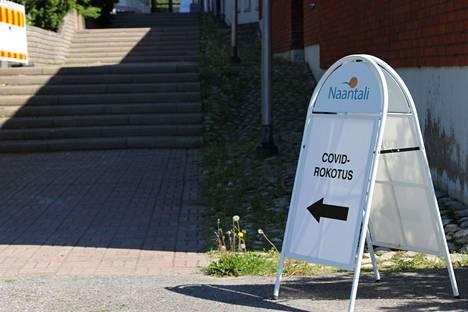 Koronarokotuksia annetaan Naantalissa Birgitta-salissa.