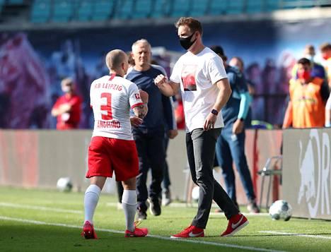 RB Leipzig päävalmentaja Julian Nagelsmann antoi maski päässään ohjeita Angelinolle. Leipzig jäi Freiburgia vastaan tasapeliin.
