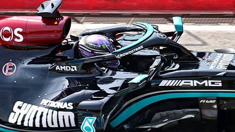 Lewis Hamilton vei paalupaikan ennen Sergio Pereziä.