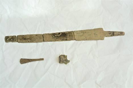 Paneliaisen pihanurmen alta löytynyt miekka oli  useana kappaleena.