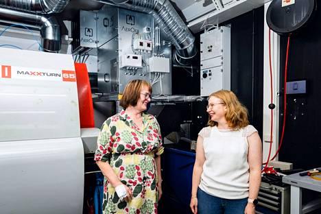 Keksijä Pirkko Pihlajamaa ja toimitusjohtaja Hanna Pihlajarinne ovat molemmat alun perin Tampereen ammattikorkeakoulun opettajia. Nyt he vetävät Tamkin tutkimuksesta syntynyttä spin-off-yhtiötä, jonka suodatusjärjestelmän keskusyksikkö loistaa heidän taustallaan Tamkin konetekniikan laboratoriossa.