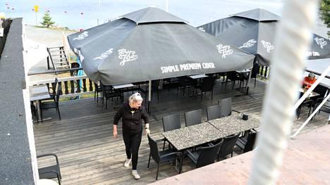 Hulkkion satamassa sijaitsevassa Ravintola Myrskyssä on paljon tilaa ala- ja yläterassilla. Turvavälien pitämisen ei pitäisi olla ongelma.