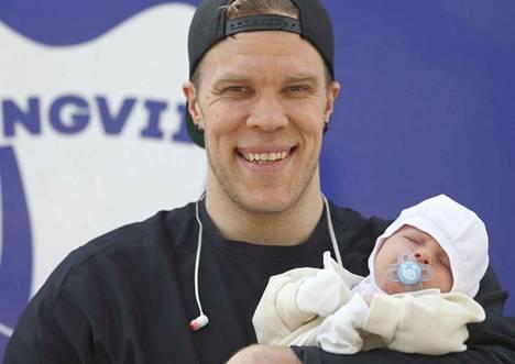 Urpo Sivulan arkeen tuo iloa ja väriä 1,5 kuukauden ikäinen esikoispoika.