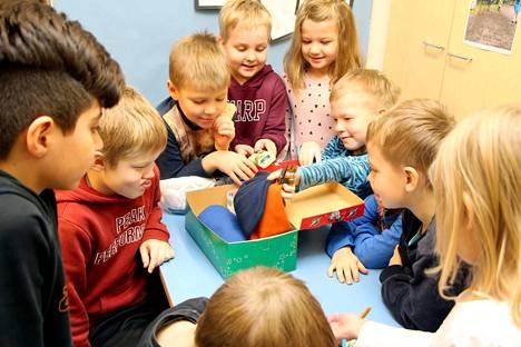 Vuonna 2019 Savosenmäen koulun esikoululaiset valmistelivat Joulun lapsi -pakettia.