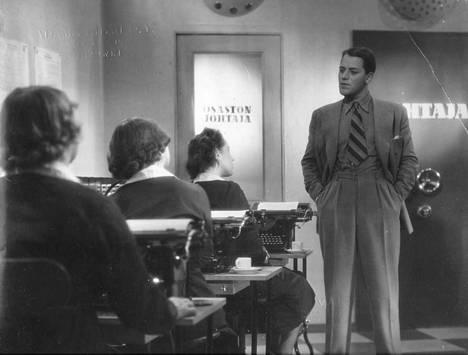 """Sihteerin ammattiin ja toimistotyöhön liittyy paljon vanhoja ja vääriä kliseitä. Kuva on Nyrki Tapiovaaran elokuvasta """"Herra Lahtinen lähtee lipettiin"""" vuodelta 1939."""