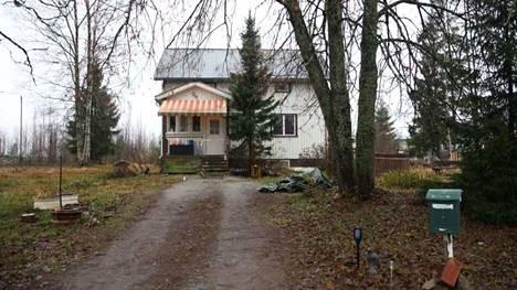 Tästä talosta pakeni alaston nainen marraskuussa 2018. Nainen asui talossa Tampereen United Brotherhoodin johtajan kanssa.