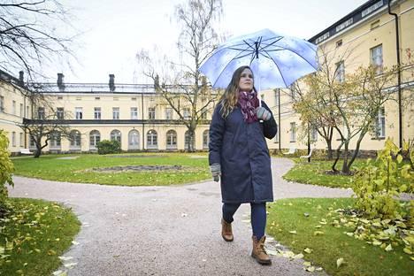 Psykopatian historiaan Suomessa perehtynyt Katariina Parhi sanoo, että tutkimusta tehdessään hän saattoi vain arvailla, mitä potilaat ovat aikanaan tunteneet. Taustalla on Suomen ensimmäinen mielisairaalakäyttöön valmistunut sairaalarakennus eli Lapinlahden sairaala Helsingissä.