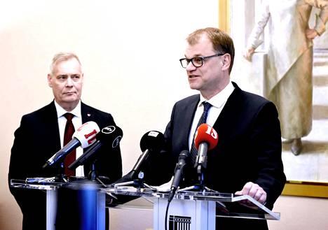 Hallitustunnustelija Antti Rinne (sd) kuunteli toukokuussa vierestä, kuinka Juha Sipilä kertoi keskustan lähdöstä mukaan hallitustunnusteluihin.