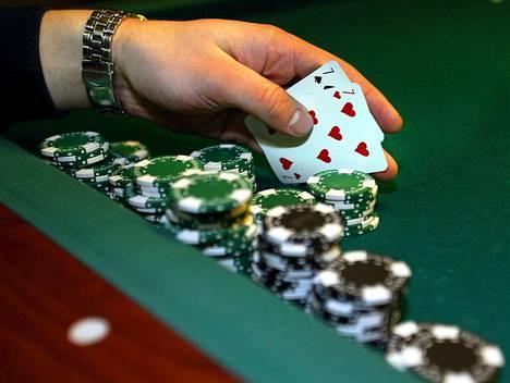 """Pokerin pelaamista on tarjolla """"livenä"""" vain Casino Helsingissä ja Veikkauksen omissa Feel Vegas -pelisaleissa, joissa kaikki pöytäpelit jatkuvat."""