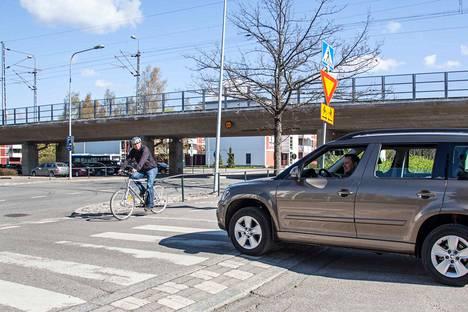 Kesäkuun alusta liikenteessä voi nähdä uuden väistämisvelvollisuus pyöräilijän tienylityspaikassa -nimisen liikennemerkin.