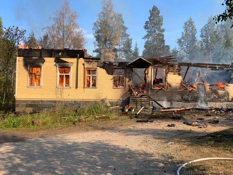 Rajussa tulipalossa tuhoutunut vanha koulu oli jaettu kahdeksi erilliseksi asunnoksi.