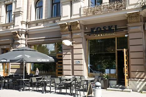 Kesäkuussa avattu Koski Bar&Brasserie sijaitsee Tampereen paraatipaikalla Koskipuiston kupeessa.