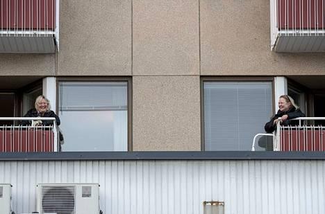 Helsinkiläinen Orvokki järjesti huhtikuun alkupuolella tempauksen, jossa hän kutsui somessa ihmisiä soittamaan samaan aikaan Darudea parvekkeilleen. Porilaisia kutsutaan nyt jumppaamaan parvekkeilleen tai ikkunoihin.