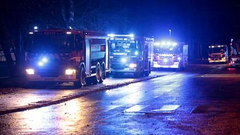 Paikalla oli vajaa kymmenen paloautoa sekä muita pelastusajoneuvoja.