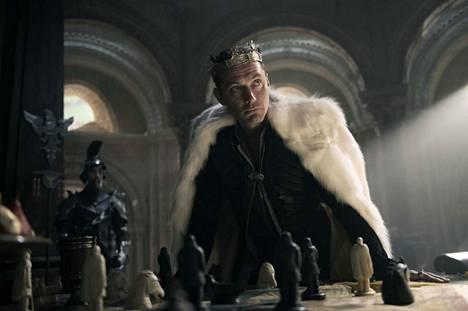 Arthurin ollessa lapsi hänen isänsä, brittien kuningas, murhataan ja hänen setänsä sieppaa kruunun. Arthur kasvaa kaupungin kovilla kaduilla tuntematta taustaansa. Vasta kun hän aikuisena onnistuu vetämään miekan kivestä, hän saa tietää totuuden.