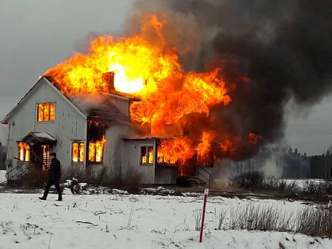Savusukellusharjoitusten jälkeen palomiehet polttivat talon hallitusti maan tasalle.