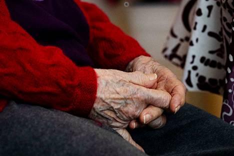 Vanhukset kuuluvat riskiryhmään, mutta useiden luona vierailee hoitohenkilökuntaa usein.
