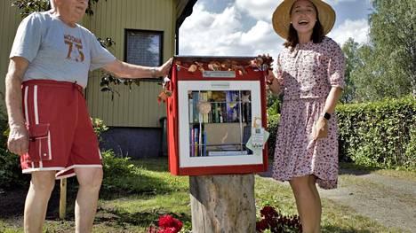 Tervetuloa käyttämään Sepontien pikkukirjastoa! Heinäkuun alkupuolella avattu kirjasto on Lotta Saahkon ja papan Jorma Saahkon uusi yhteinen projekti.