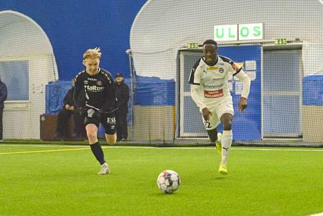 Tuore FC Hakan testipelaaja Nnaeme Anyamale (oik.) oli vauhdissa joukkueen harjoituspelissä FC Lahtea vastaan torstaina.