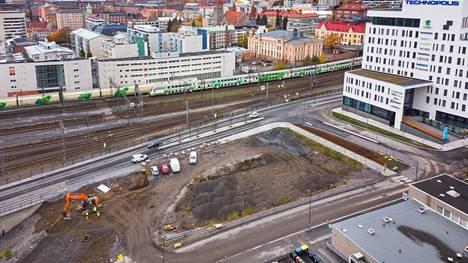 Uusi toimitilakortteli kohoaa Technopolis Asemakeskuksen naapuriin lähelle rautatietä ja rautatieasemaa Tampereen keskustassa. Korttelin rakentaminen aloitettiin viikolla 40.
