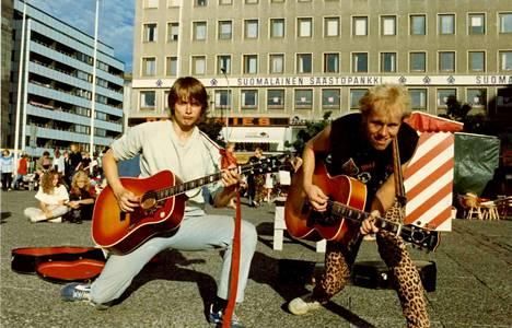Punkia, poppia vai ja pärekoreja? Tero Vaaran (oikealla) kitaristikaverina kauppatorilla komppaa Jaan Kallio – vuosi on legendaarinen 1984.