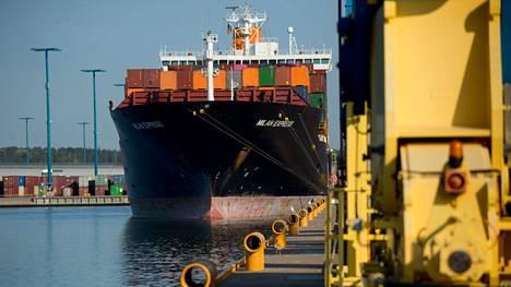 Teollisuuden uudet tilaukset kasvoivat elokuussa peräti 48 prosenttia vuodentakaisesta. Kuvassa kontteja Milan Express -aluksella Helsingissä.