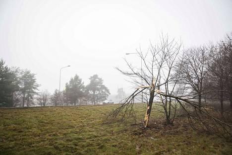 Helsingin suunnasta suurella ylinopeudella tullut auto suistui tieltä Tiilimäen Nesteen kohdalla valtatien kaartuessa vasemmalle.