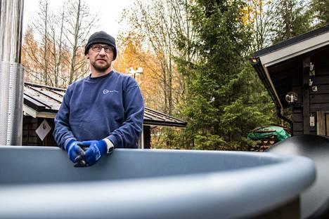 Kirami Oy:n asentaja Sami Eskola asensi kylpytynnyriä mökin rantasaunan viereen sorapedille Pälkäneelle.