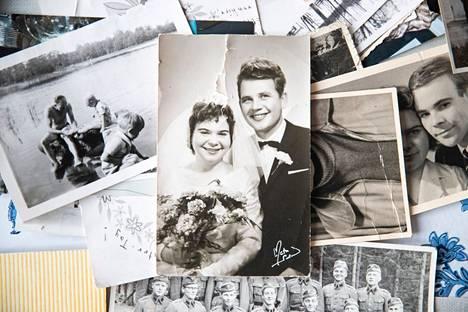 Hampurilaisesta Christa Wachsbaumista tuli porilaisen Heikki Sjögrenin puoliso 31.12.1961. –Minulla oli silloin muodissa ollut tärkätty petticoat-alushame, ja astuin korolla sen helman rikki Reposaaren kirkon edustalla. Se repsotti häämekon alta, Christa Sjögren muistelee.