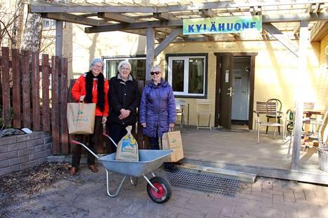 Röölän ruokapiiriläiset Kaija Saarni, Ritva-Liisa Tanskanen ja Tarja Haapala hakivat tilaamansa luomutuotteet Röölän Kylähuoneelta keskiviikkona.