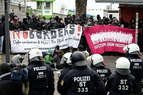 Saksan poliisi varautui protesteihin mellakkavarustuksineen.