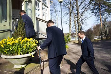 Timo Soini, Juha Sipilä ja Petteri Orpo varautuivat taustalla Jussi Halla-ahon mahdolliseen valintaan perussuomalaisten puheenjohtajaksi.