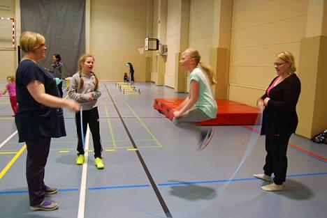 Hyppely vaati myös taukoja. Veera Salmi pysyi hyvin vinhassa vauhdissa. Päivi Salmi ja Anne-Mari Lindfors pyörittivät narua ja Venla Hiltunen odotti omaa vuoroaan.