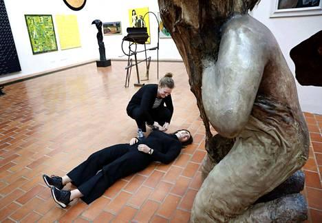 Aalto-yliopiston Cumma-maisteriohjelman opiskelijat Vanessa Kowalski ja Živa Kleindienst tekivät ympäristön havainnointiin ja näkemiseen liittyvää harjoitusta Porin taidemuseossa. Harjoitus oli osa työpajaa, johon kuka tahansa sai tulla mukaan luomaan ääniopasta taidemuseonäyttelyyn.