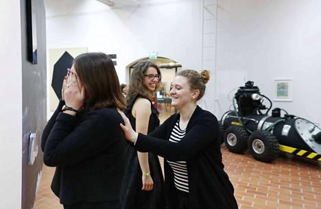 Opiskelijat Vanessa Kowalski ja Živa Kleindienst osallistuivat taiteilija Alisa Olevan työpajaan Porin taidemuseossa. Havainnointiin herättävässä elävä kamera -harjoituksessa ihmistä käytettiin kuin kameraa. Häntä liikuteltiin tilassa ja ohjattiin avaamaan silmät hetkeksi samaan tapaan kuin kamera vangitsee hetken.