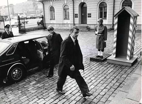 Valtiovarainministeri Mauno Koivisto matkalla valtioneuvoston juhlahuoneistoon.