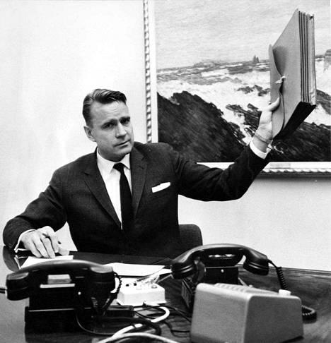 Valtiovarainministeri Mauno Koivisto ja juuri valmistunut budjettiesitys lokakuussa 1967.