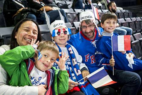 Pariisilaisperhe päätyi MM-otteluun sattumalta. Äiti Virginie, isä Cedric ja lapset Adrien, Nelvie ja Johan ottivat ilon irti sunnuntai-iltapäivän jääkiekkoviihteestä.
