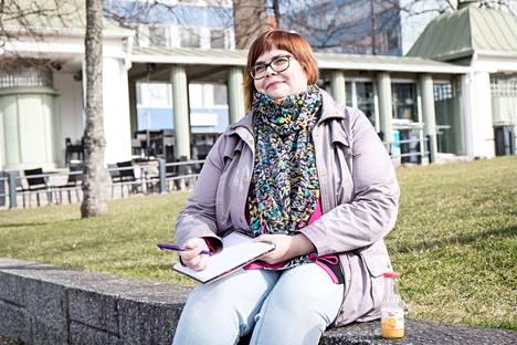 """Kirjoituskursseilla viihtyvä Helena Pulkkinen voisi kuvitella lähtevänsä myös aikuisten kesäleirille. """"Vanhana partiolaisena olen aina valmis. Lähden mielellään mukaan monenlaiseen, kunhan joku muu huolehtii järjestelyistä,"""" Pulkkinen naurahtaa."""