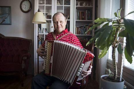 Kanttori Guido Kriik halitsee pianon ja urkujen lisäksi myös haitarin ja pasuunan soiton. Työssään hän pääasiassa johtaa kuoroja.