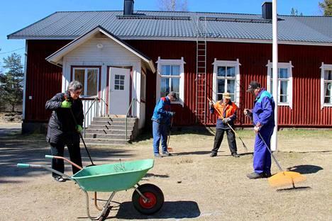 Kirsi Mattila, Esko Lakso, Mikko Meura ja Hannu Tommila siivosivat talkoilla kylätalon pihaa ensi lauantain tapahtumaa varten.