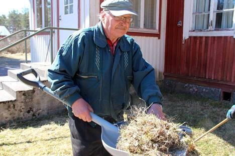 Kylätalon pihansiivoustalkoissa oli mukana myös Antti Mattila.